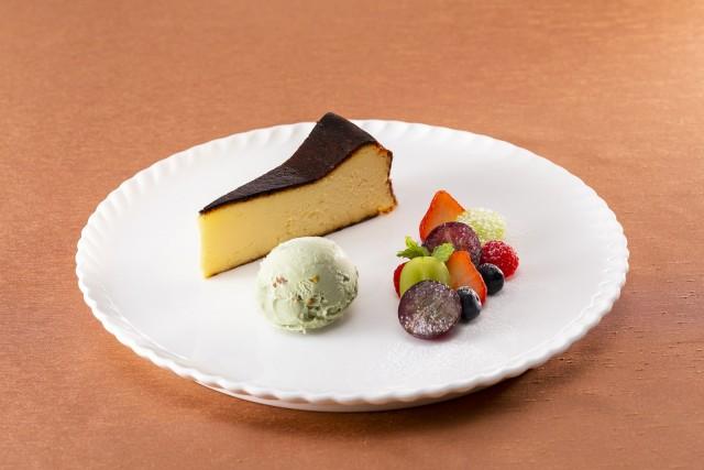 バスク風チーズケーキに巨峰とシャインマスカット ピスタチオのアイスクリーム添え