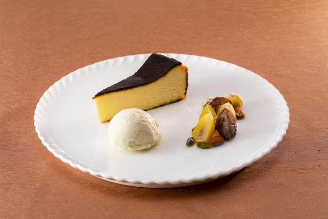 バスク風チーズケーキに2種のマロン添え バニラアイスクリーム添え