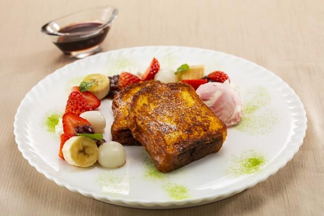 苺と小豆 白玉のフレンチトースト 桜のアイスクリーム添え