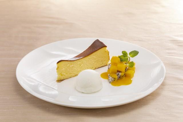 バスク風チーズケーキ マンゴーとドラゴンフルーツ シトロンソルベ添え