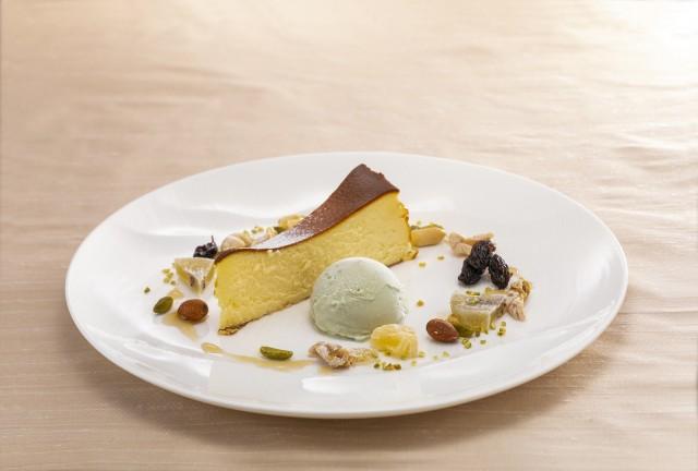 バスク風チーズケーキ ドライフルーツとナッツ ピスタチオのアイスクリーム添え