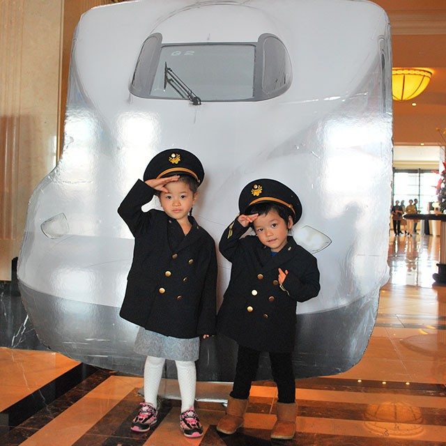 新幹線乗務員の制服を着て、ハイチーズ!