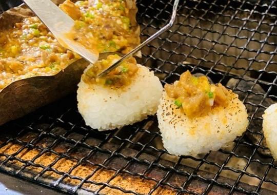 岐阜県産コシヒカリの焼きおにぎり       飛騨牛朴葉味噌