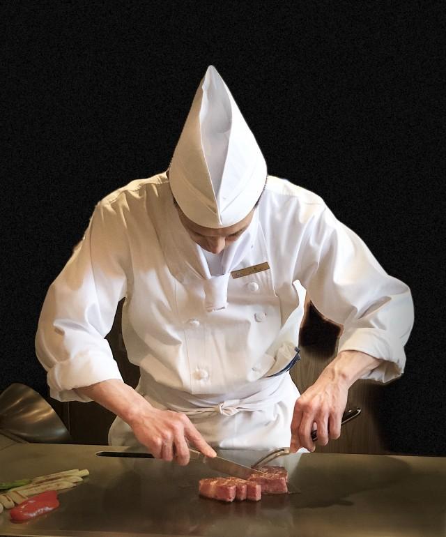 目の前でシェフが焼き上げるダイナミックさが鉄板焼の魅力!