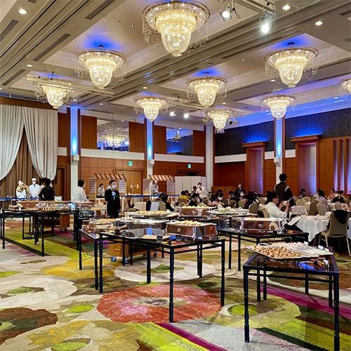 広々宴会場にプライベートテーブルをご用意<br/>感染症対策もしっかりの安心安全空間